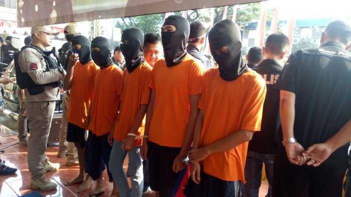 Lima tersangka penjualan satwa dilindungi dibekuk petugas Polres Metro Jakarta Barat, Senin-Selasa (16-17/7/2018). Mereka menjual satwa dilindungi ini melalui jaringan media sosial   Warta Kota - Panji Baskhara Ramadhan