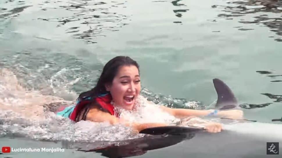 lucinta-luna-menunggangi-lumba-lumba